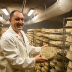 Pierre-Gévolde-affine-ses-fromages-dans-les-caves-de-la-fromagerie-de-Ris